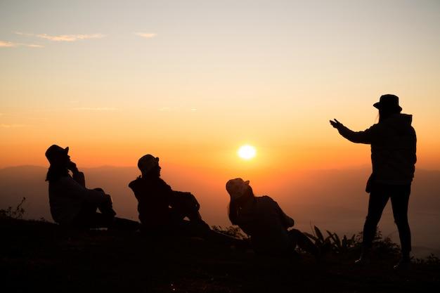 Gruppe glückliche junge leute auf dem hügel. junge frauen genießen Kostenlose Fotos