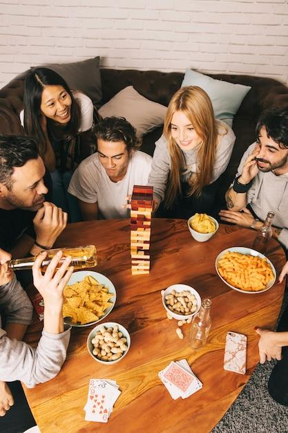 Gruppe gute freunde, die tabletopspiel spielen Kostenlose Fotos