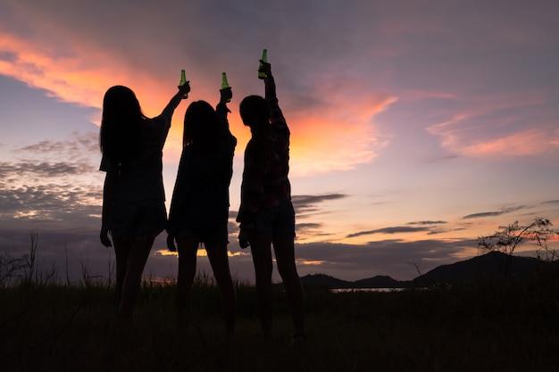 Gruppe junge asiatische frauen, die, trinkender alkohol zujubeln und spaß auf wochenendenfeier haben. Premium Fotos