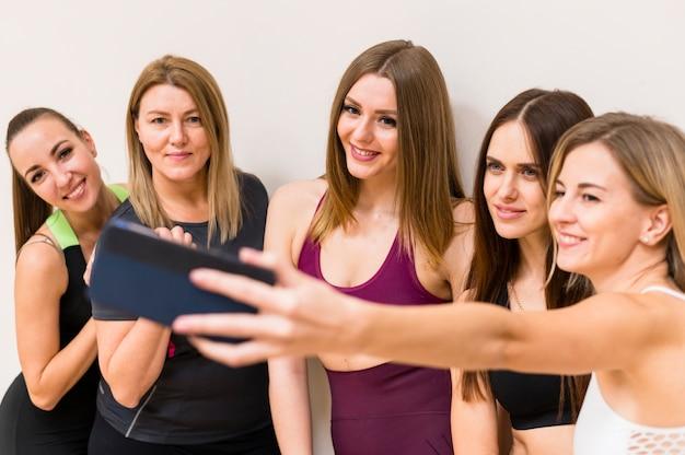 Gruppe junge frauen, die ein selfie nehmen Kostenlose Fotos