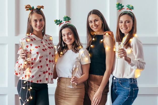 Gruppe junge frauen, die weihnachten, neues jahr feiern Premium Fotos