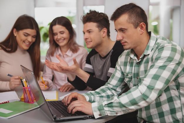 Gruppe junge leute, die zusammen am collegeklassenzimmer studieren Premium Fotos
