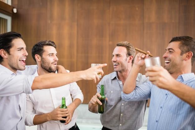 Gruppe junge männer, die getränke an der party haben Premium Fotos