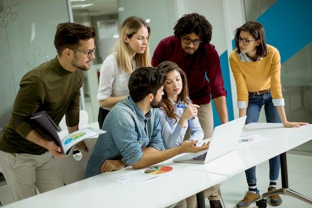 Gruppe junge multiethnische geschäftsleute, die im kreativen büro zusammenarbeiten und kommunizieren Premium Fotos