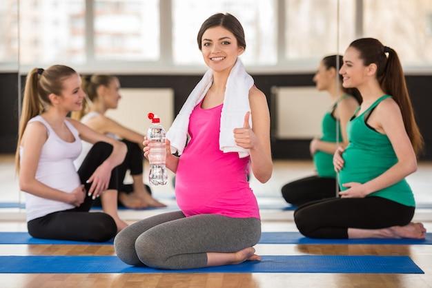 Gruppe junge schwangere frauen an der turnhalle. Premium Fotos