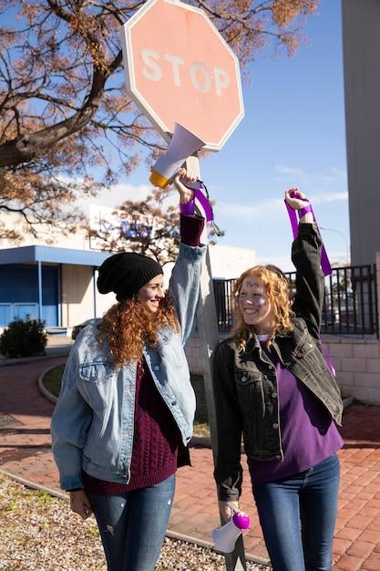 Gruppe junger aktivisten zusammen Kostenlose Fotos