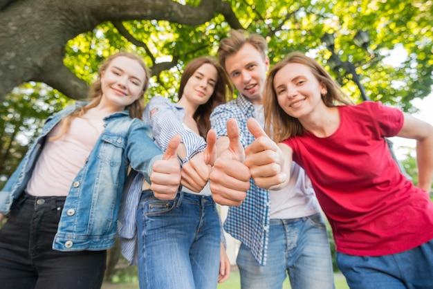 Gruppe junger studenten vor schulgebäude Kostenlose Fotos