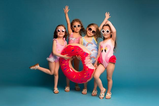 Gruppe kinder mädchen in badeanzügen und sonnenbrille Premium Fotos