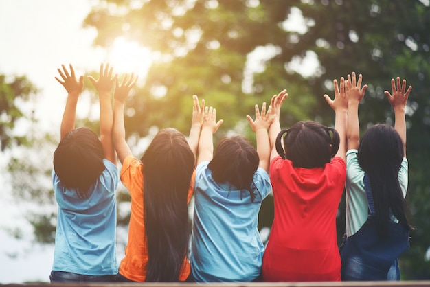 Gruppe kinderfreundarm um das zusammen sitzen Kostenlose Fotos