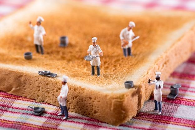 Gruppe köche oder chefs auf einer scheibe des weißen toasts Premium Fotos