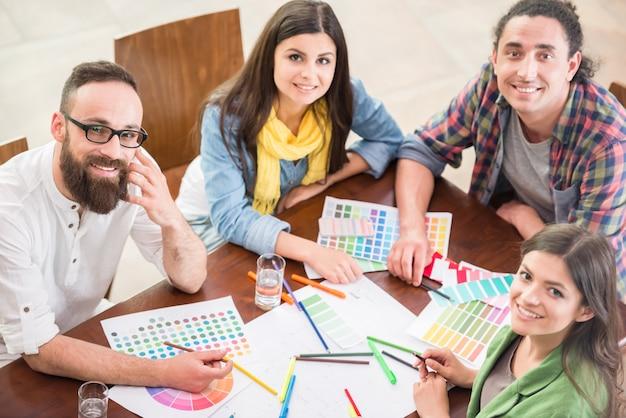 Gruppe kreative designer, die zusammenarbeiten. Premium Fotos