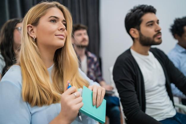 Gruppe kreativer geschäftsleute, die kollegen beim bürotreffen zuhören. geschäfts- und brainstorming-konzept. Kostenlose Fotos
