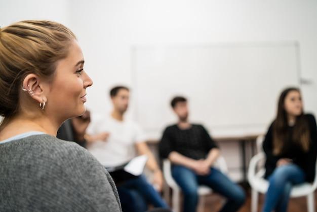 Gruppe kreativer geschäftsleute, die kollegen beim bürotreffen zuhören. geschäfts- und brainstorming-konzept. Premium Fotos