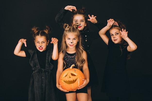 Gruppe mädchen kleidete in halloween-kostümen im studio an Kostenlose Fotos