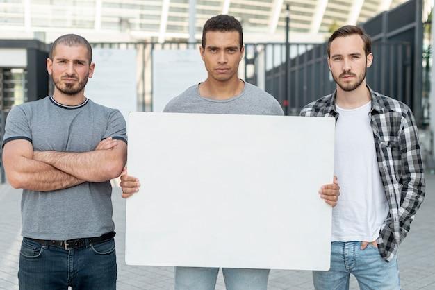 Gruppe männer, die zusammen demonstrieren Kostenlose Fotos