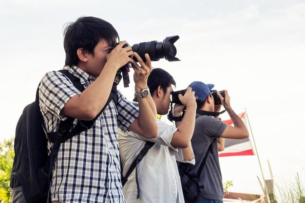 Gruppe männer stehen foto auf dem flussufer in thailand. Premium Fotos