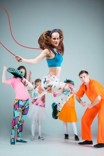 Gruppe mann, frau und teenager, die hip-hop-choreografie tanzen Kostenlose Fotos