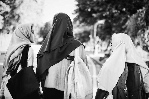 Gruppe moslemische frauen, welche die schöne zeit haben Kostenlose Fotos
