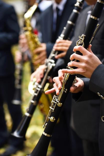Gruppe musiker, welche die klarinette spielen. Premium Fotos