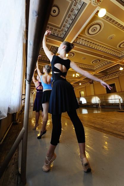Gruppe nette junge berufsballetttänzer in der ballettklasse Premium Fotos