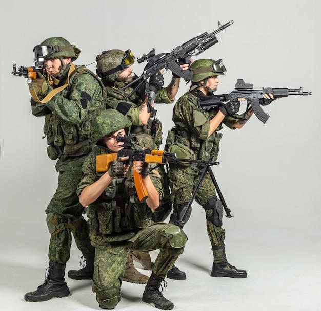 Gruppe russische soldaten auf weiß Premium Fotos