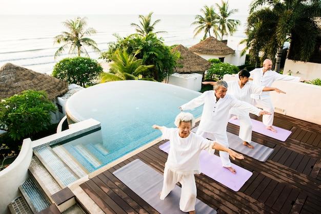 Gruppe senioren, die morgens yoga üben Premium Fotos