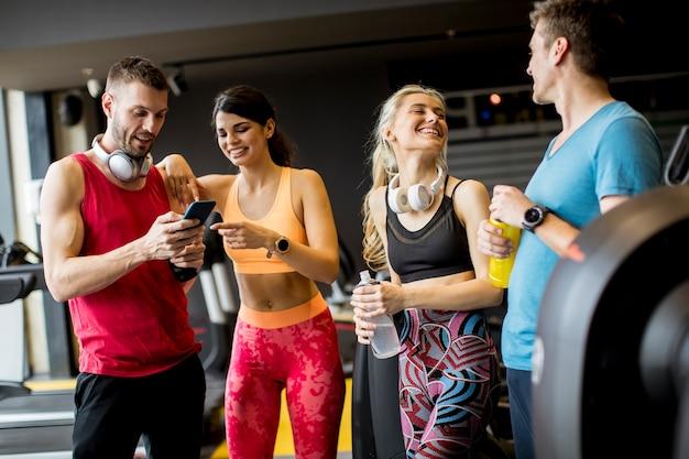 Gruppe sportliche junge leute an der turnhalle Premium Fotos