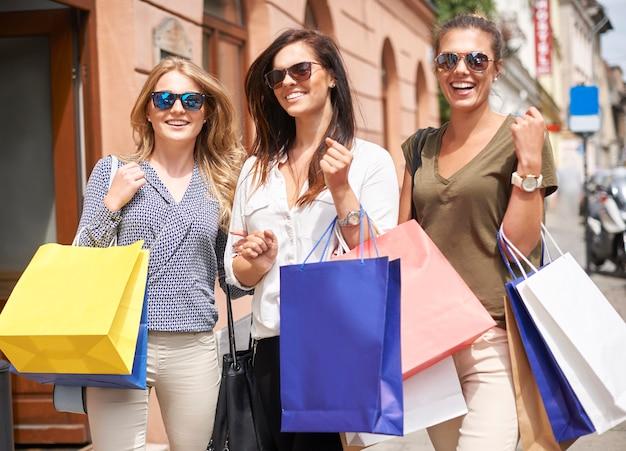 Gruppe stilvoller frauen beim einkaufen Kostenlose Fotos