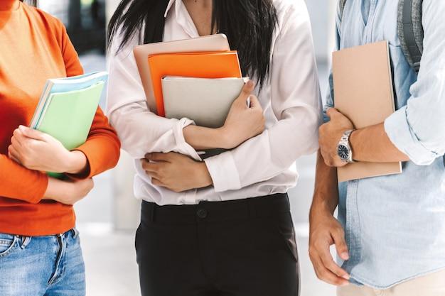 Gruppe studenten, die draußen notizbücher halten Premium Fotos