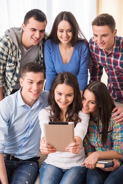 Gruppe studenten mit tablette machen selfie foto. Premium Fotos