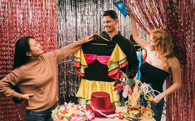 Gruppe verkleidete freunde an der karnevalsparty Kostenlose Fotos