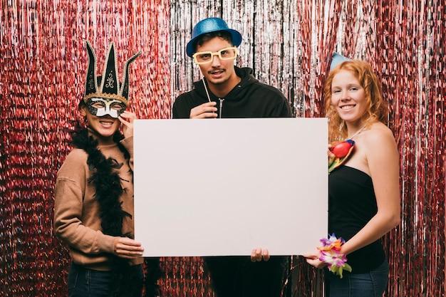 Gruppe verkleidete freunde, die blatt des leeren papiers halten Kostenlose Fotos