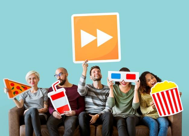 Gruppe verschiedene freunde, die film emoticons halten Kostenlose Fotos