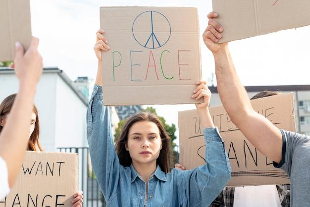 Gruppe von aktivisten, die für den frieden marschieren Kostenlose Fotos