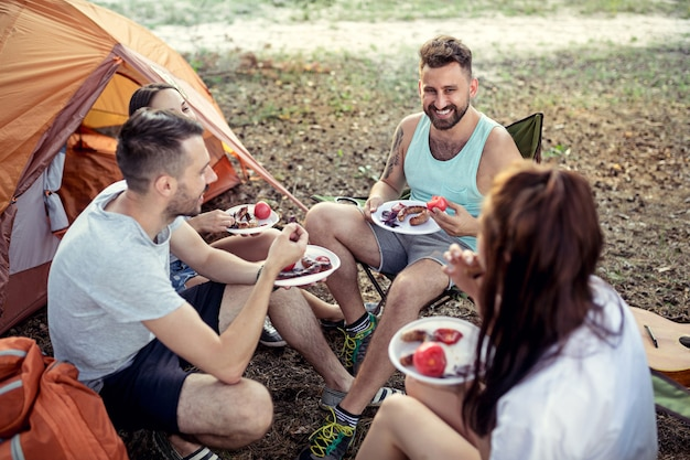 Gruppe von freunden auf einem campingplatz Kostenlose Fotos