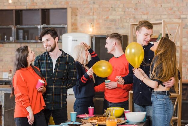 Gruppe von freunden auf einer party Kostenlose Fotos