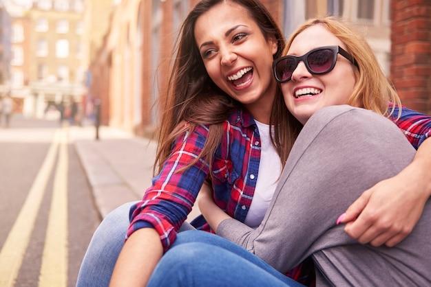 Gruppe von freunden, die auf der straße genießen Kostenlose Fotos
