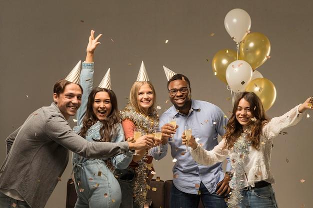 Gruppe von freunden, die neujahrskonzept feiern Premium Fotos