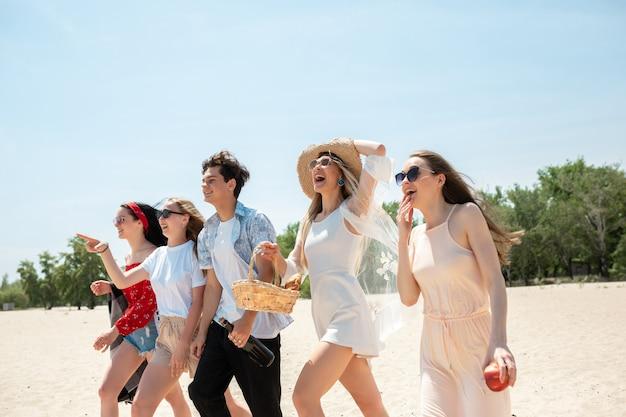 Gruppe von freunden, die spaß am strand haben Kostenlose Fotos