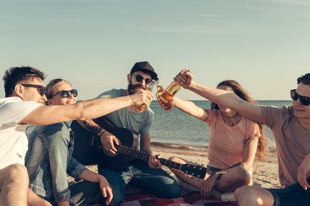 Gruppe von freunden, die spaß am strand haben Premium Fotos