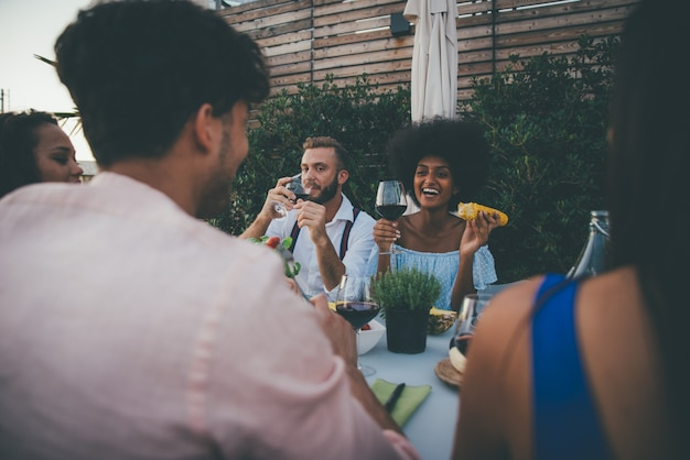 Gruppe von freunden, die spaß auf dem dach eines schönen penthouse haben Premium Fotos