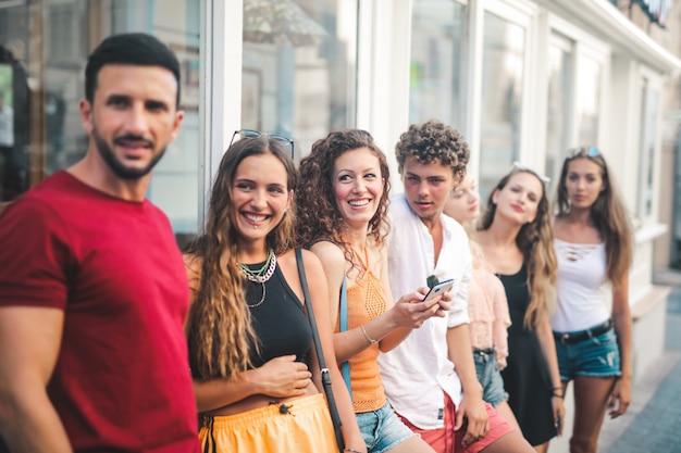 Gruppe von freunden im sommer Premium Fotos