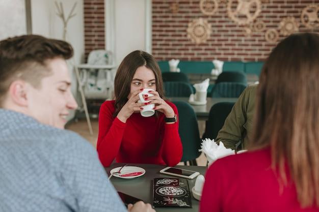Gruppe von freunden in einem restaurant Kostenlose Fotos