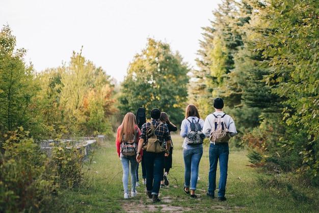Gruppe von freunden mit packpacks im wald Premium Fotos