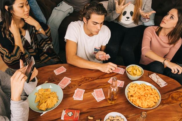 Gruppe von freunden spielkarten spiel Kostenlose Fotos