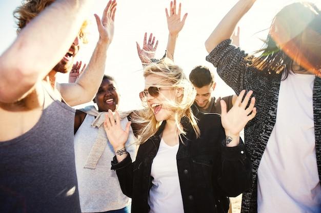 Gruppe von freunden tanzen Kostenlose Fotos