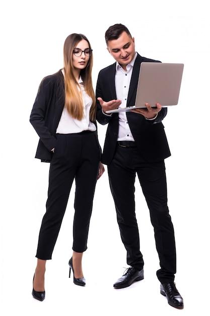 Gruppe von geschäftsleuten mann und frau in schwarzer suite auf weiß mit laptop Kostenlose Fotos