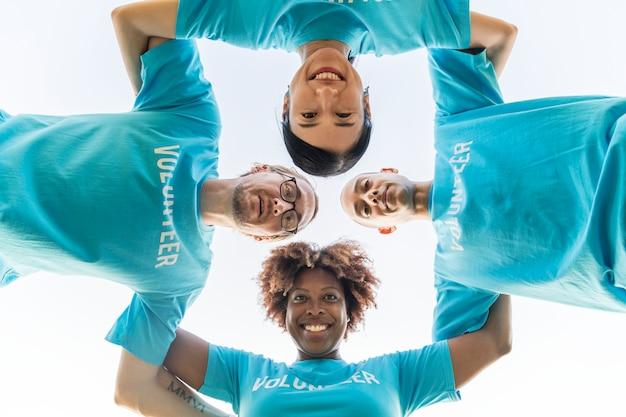 Gruppe von glücklichen und verschiedenen freiwilligen Kostenlose Fotos