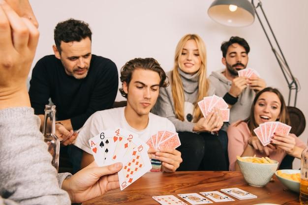 Gruppe von guten freunden spielkarten spiel Kostenlose Fotos