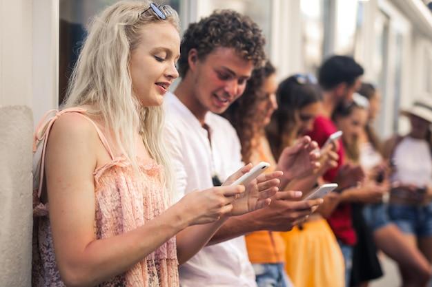 Gruppe von jugendlichen sms Premium Fotos